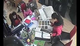 Bé gái 7 tuổi siêu trộm tại cửa hàng rèm