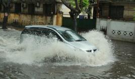 Người Hà Nội 'bì bõm' trên phố sau mưa