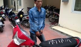 Vừa trộm cắp xe máy, va ngay phải taxi và bị bắt