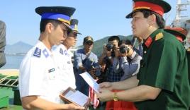 Thuyền trưởng Cảnh sát biển nhận huy hiệu 'Tuổi trẻ dũng cảm'