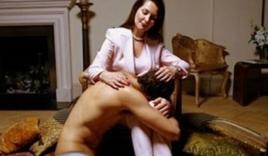 Gã thanh niên 17 lõa thể, gục dưới chân người đàn bà u40