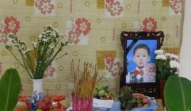 Hình ảnh đau lòng trong đám tang cháu bé bị mẹ sát hại để trả thù chồng