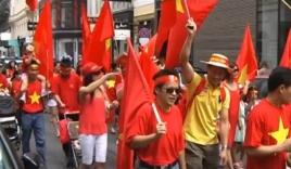 Rực đỏ phố Áo trong cuộc tuần hành phản đối giàn khoan TQ