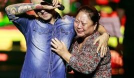 Tuấn Hưng ôm mẹ khóc nức nở trên sân khấu