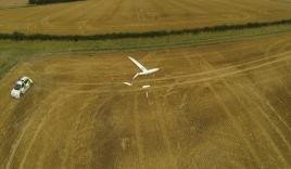 Cận cảnh hai máy bay đâm nhau lao thẳng xuống đất