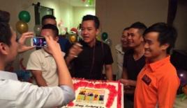 Tuấn Hưng xúc động được vợ và bạn bè tổ chức sinh nhật lúc nửa đêm