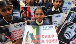 Bé gái 3 tuổi bị hãm hiếp ngay trong trường học