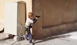 Chiến binh nhí 5 tuổi của IS tập bắn súng lục ngay giữa phố Syria