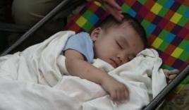 Bé trai 2 tuổi kháu khỉnh bị bỏ rơi trên taxi lúc nửa đêm