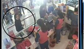 Hà Nội: 'Nữ quái' trộm túi tiền của 'bà bầu' trong cửa hàng thời trang