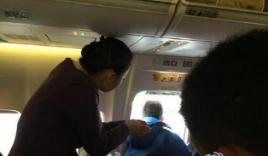 Tá hỏa vì hành khách mở cửa thoát hiểm máy bay để hóng mát