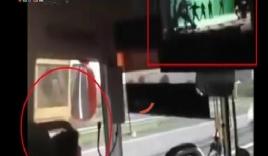 Tài xế xe khách 45 chỗ vừa lái xe, vừa thản nhiên... xem phim