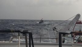 Vượt sóng gió, tiếp cận tàu cá cùng 12 thuyền viên bị nạn trên biển