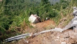 Quảng Bình: Xe tải rơi xuống vực, 2 người bị thương