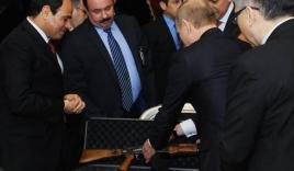 Tổng thống Putin tặng súng AK-47 nhắc khéo Ai Cập