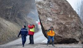 Hàng ngàn người mắc kẹt trong núi Alps vì tảng đá khổng lồ 50 tấn