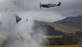 Khoảnh khắc máy bay nổ tung trên không, phi công may mắn thoát chết
