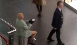 Cụ già quậy tưng bừng nơi công cộng khiến bảo vệ ngán ngẩm
