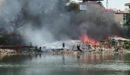 Cháy lớn tại khu nhà tạm ven hồ Linh Quang