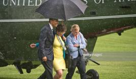 Video: Tổng thống Obama che mưa cho hai nữ chính trị gia