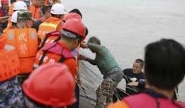 Video: Giải cứu cụ bà 65 tuổi trên tàu chìm Trung Quốc