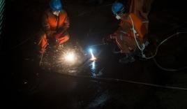 Video: Cứu hộ Trung Quốc cưa thân tàu, tìm người sống sót