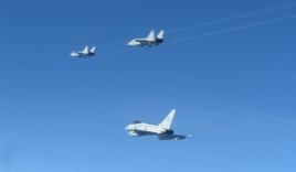 Tiêm kích nhanh nhất thế giới của Nga bị phi cơ Anh áp sát