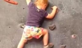 Bé gái 19 tháng tuổi leo núi một mình gây bất ngờ