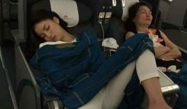 Hoa hậu Kỳ Duyên khoe dáng nằm 'bá đạo' trên máy bay