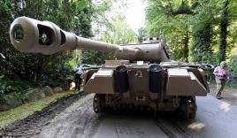 """Cụ ông 70 tuổi """"giấu"""" xe tăng và đại pháo trong nhà"""
