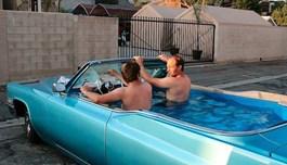 Độc đáo biến chiếc xe Cadillac mui trần thành bể bơi di động