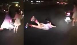 Bé gái ngã lăn ra đường vì bám đuôi xe máy trượt Patin