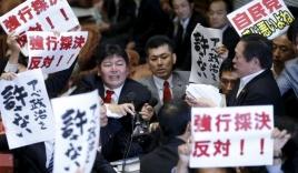 Quốc hội Nhật náo loạn vì dự luật phòng vệ tập thể