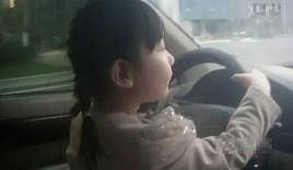 Video: Bé gái 4 tuổi lái ô tô chạy vù vù trên đường cao tốc