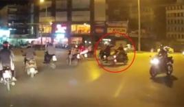 Vượt đèn đỏ, thanh niên 'đốn ngã' cô gái đi xe tay ga