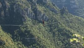 Thót tim với 'màn diễn xiếc' đi trên dây qua hai vách núi cao 290m