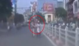Cảnh sát lao ra dừng xe cô gái, cả hai cùng ngã nhào xuống đường