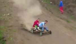 Video: Mạo hiểm với màn đua xe gỗ tự chế trên địa hình hiểm trở