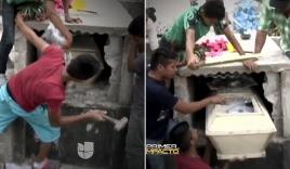 Video: Cả gia đình phá mộ cứu thiếu nữ sống dậy trong quan tài