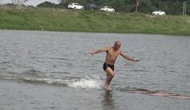 Kỷ lục mới: Nhà sư Thiếu Lâm tự chạy bộ 125 m trên mặt nước
