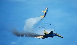 Khoảnh khắc hai máy bay 'đối đầu' trên không