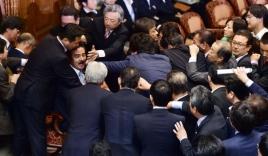 Nghị sĩ Nhật ẩu đả ngay trong thượng viện vì dự luật tự vệ tập thể