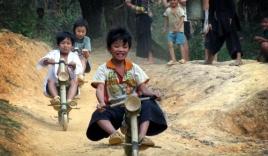 Những trò chơi 'dữ dội' của trẻ em vùng cao