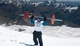 Video: Vận động viên vừa gánh tạ vừa chinh phục đỉnh núi gần 6000 m
