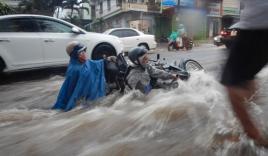 Video: Mưa lớn ở Đắk Lắk, hàng loạt xe máy bị cuốn trôi