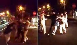Video: Chở bạn gái không đội mũ bảo hiểm còn giằng co, tấn công CSGT