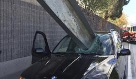 Thanh sắt đâm xuyên ô tô, lái xe thoát chết ngoạn mục