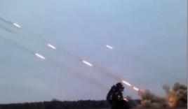 Choáng cảnh phóng hàng loạt rocket sáng rực trời