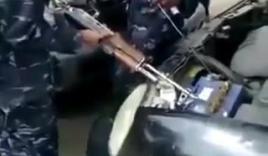 Xem các anh lính dùng súng AK khởi động xe ô tô