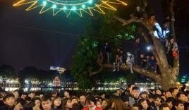 Hà Nội: Đêm giao thừa 2016, trèo cây, chen lấn, ngất xỉu